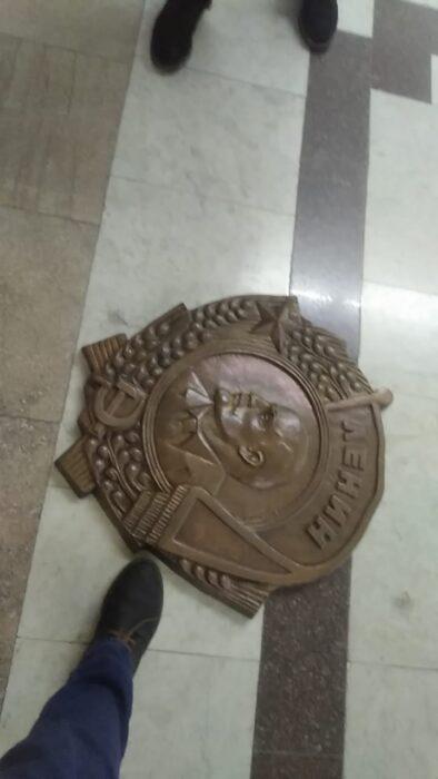 В здании Харьковского горсовета сорвали барельеф в виде ордена Ленина