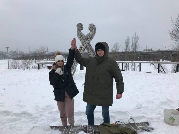 Пара влюбленных харьковчан приковали друг друга цепью, с которой попытаются прожить три месяца (видео)