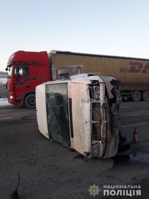 Полицейские рассказали подробности аварии с перевернувшейся маршруткой под Харьковом