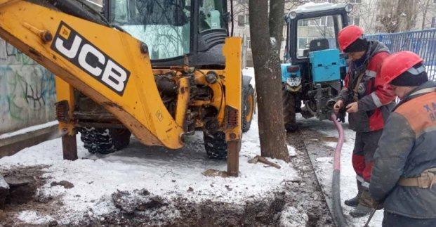 На улице Ильинской устраняют аварию на водопроводе