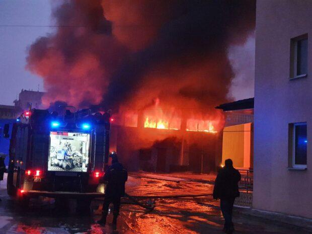 Пожар в складском помещении с синтетической и пластиковой продукцией тушили 13 часов