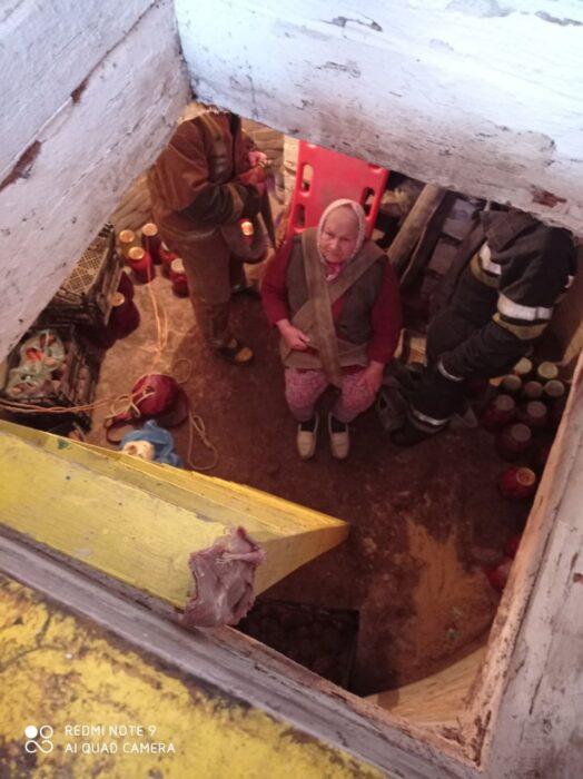 Под Харьковом спасатели помогли пожилой женщине выбраться из погреба