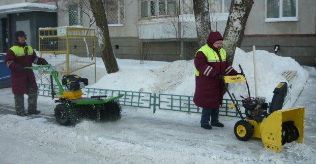 Почти 2 тысячи работников убирают снег на улицах и во дворах Харькова