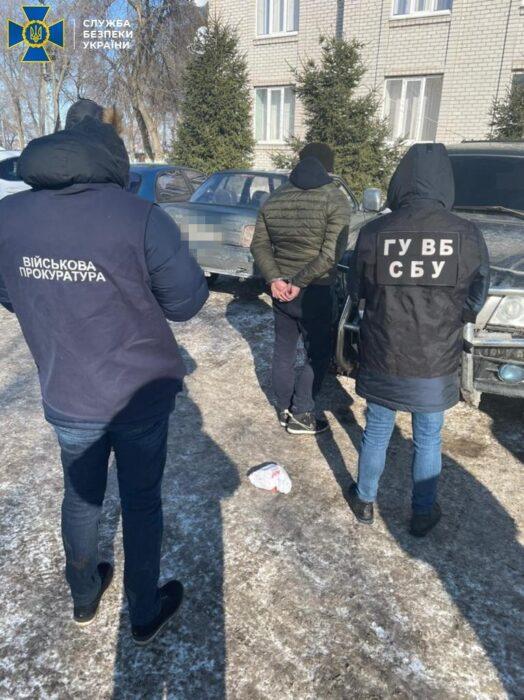 На Харьковщине задержали пограничника, который требовал взятки и помогал контрабандистам перевозить одежду в РФ