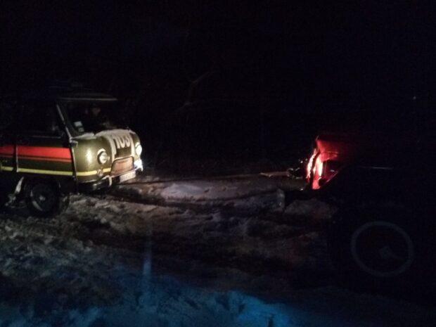 В Харьковской области спасатели вытаскивали автомобиль скорой помощи из сугроба