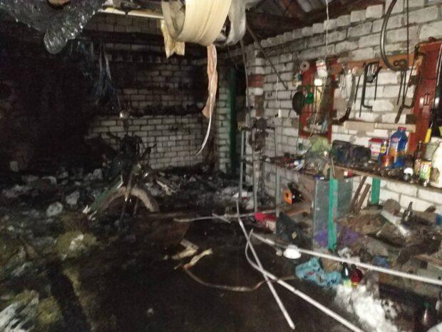 Под Харьковом сгорели гараж и автомобиль