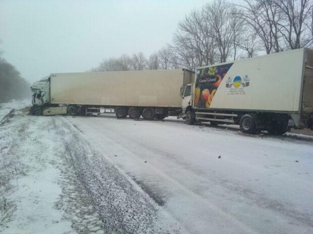 На трассе под Харьковом произошло тройное ДТП: погибло два водителя