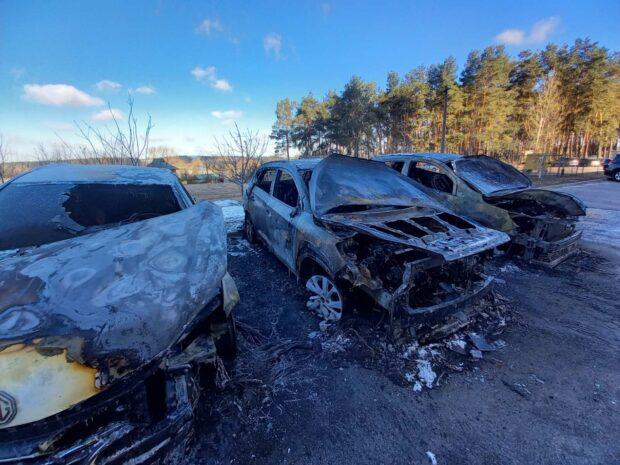 Под Харьковом сгорело три припаркованных автомобиля