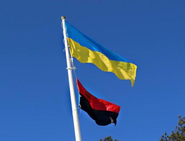 В городе Богодухов наравне с государственным флагом будут использовать красно-черный флаг ОУН
