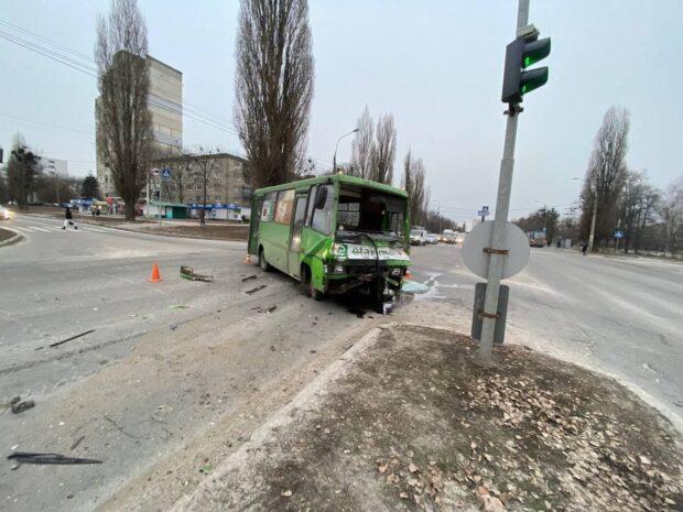 На Новых Домах грузовик врезался в маршрутку: жизни пострадавших в ДТП ничего не угрожает