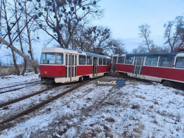 В Харькове трамвай сошел с рельсов: травмировалась пассажирка