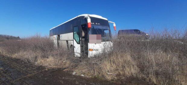 На трассе под Харьковом водитель автобуса съехал в кювет: пострадала пассажирка