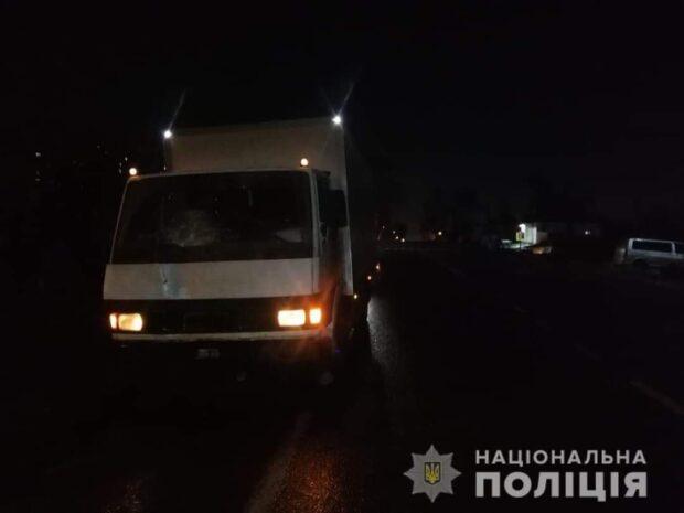 Под Харьковом под колесами грузовика погиб мужчина