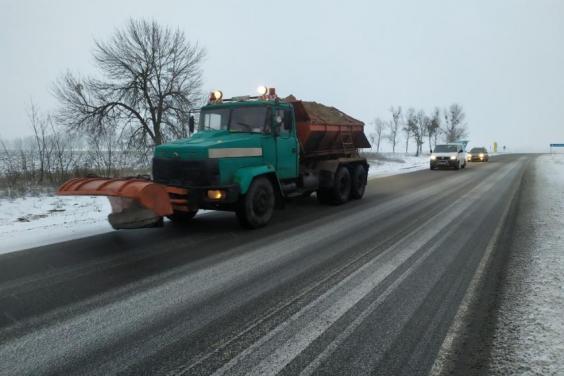 На дорогах Харьковской области в течение суток работало 198 единиц спецтехники и 283 дорожников