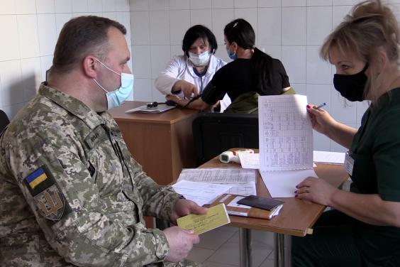 На Харьковщине начали вакцинировать от COVID-19 военных медиков