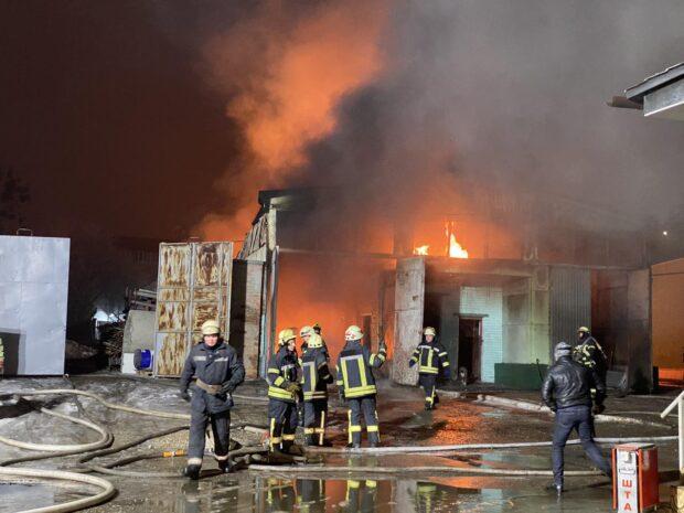 В Харькове на складе вспыхнул пожар: огонь распространился на 700 квадратных метров