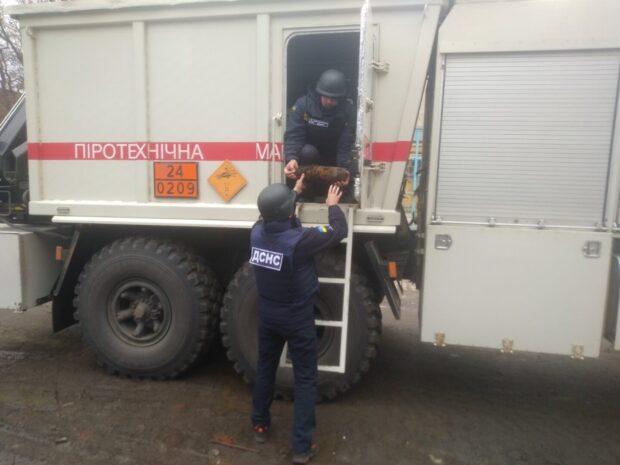 В Харькове возле трамвайной остановки нашли артиллерийский снаряд