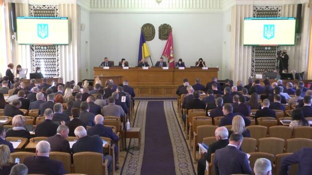 На сессии Харьковского областного совета не работает система голосования: голосуют руками