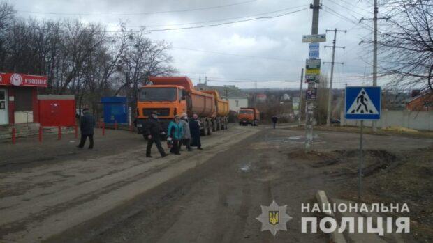 Под Харьковом семь жителей села блокируют движение грузовиков