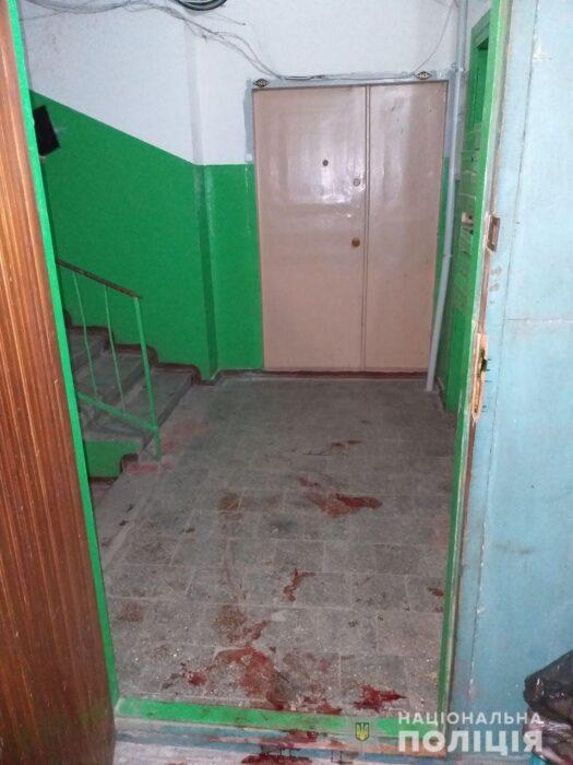 В Харькове мужчина зарезал женщину в подъезде дома