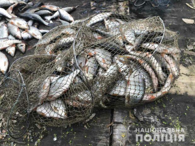 На Харьковщине мужчина сетками вылавливал окуня и плотву на водохранилище: ему сообщили о подозрении