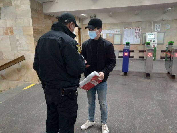На шести станциях метро ловили харьковчан без масок