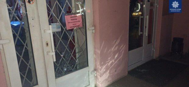 В Харькове патрульные задержали мужчину, который громил автомобили и витрины магазинов