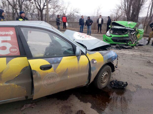 В Харькове столкнулись два автомобиля такси: одного из водителей доставали спасатели