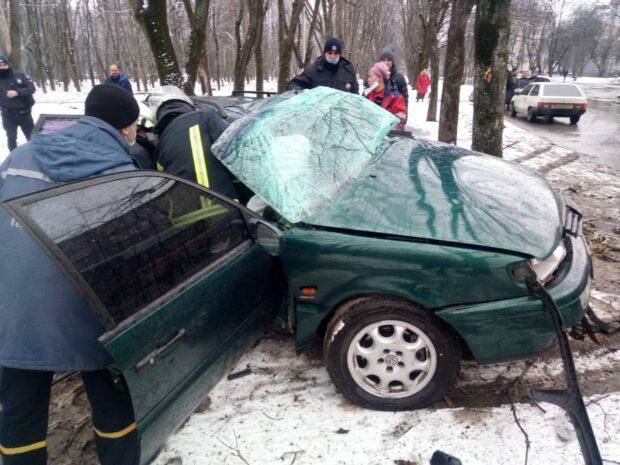 На ХТЗ автомобиль врезался в дерево: водителя доставали спасатели