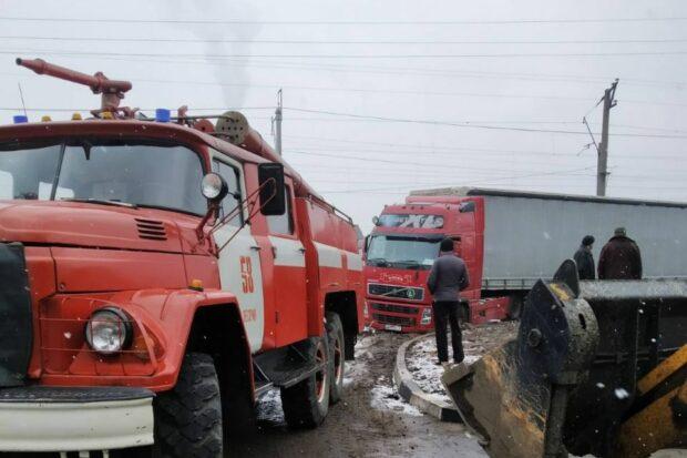 Под Харьковом спасатели вытаскивали из грязи фуру