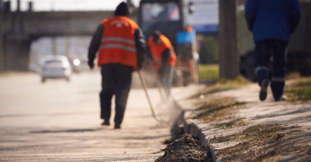 В Харькове чистят дороги после зимы