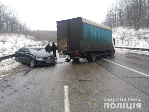 На окружной дороге в Харькове грузовик выехал на встречную полосу: пострадали четыре человека, двое из которых - дети
