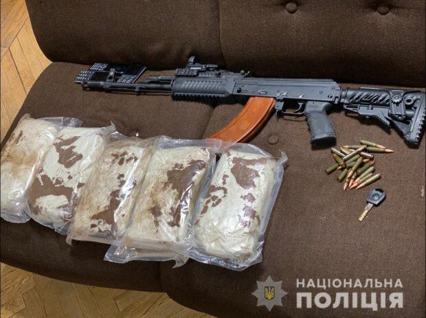 В Харькове у преступной группировки, которые угоняли автомобили, нашли наркотики и оружие