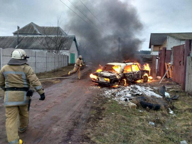 Под Харьковом во время движения загорелся ВАЗ: автомобиль сгорел полностью