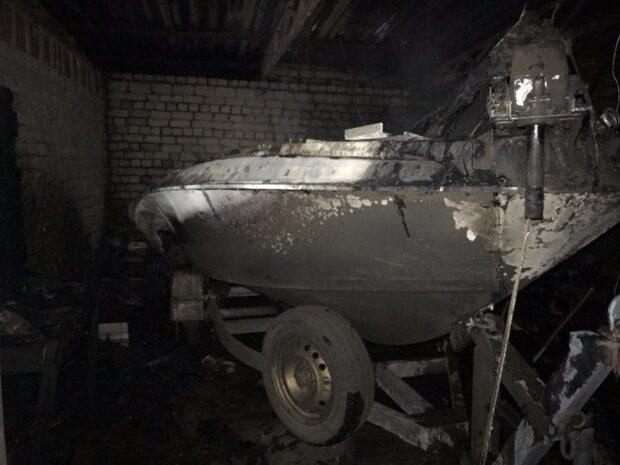 В Харьковской области в гараже горел катер