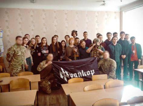 """""""Фрайкор"""" провел урок патриотизма в харьковской школе: Терехов обозвал их фашистами и сказал, что директора школы отстранили от работы"""