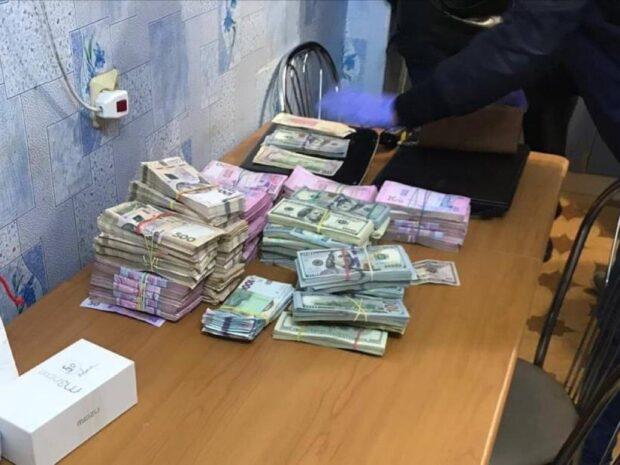 Под Харьковом у поселкового головы при обыске нашли 1 600 000 гривен и более 200 000 долларов США