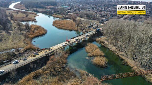 На выезде из Чугуева восстанавливают мост через Северский Донец