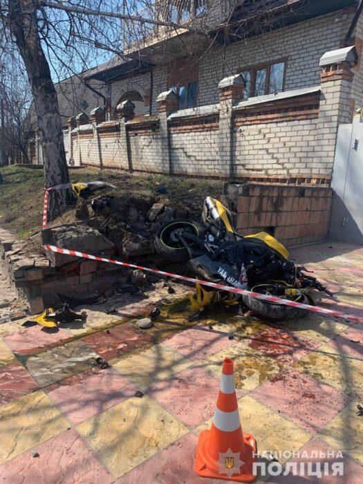 В Харькове мужчина на угнанном мотоцикле врезался в ограждение