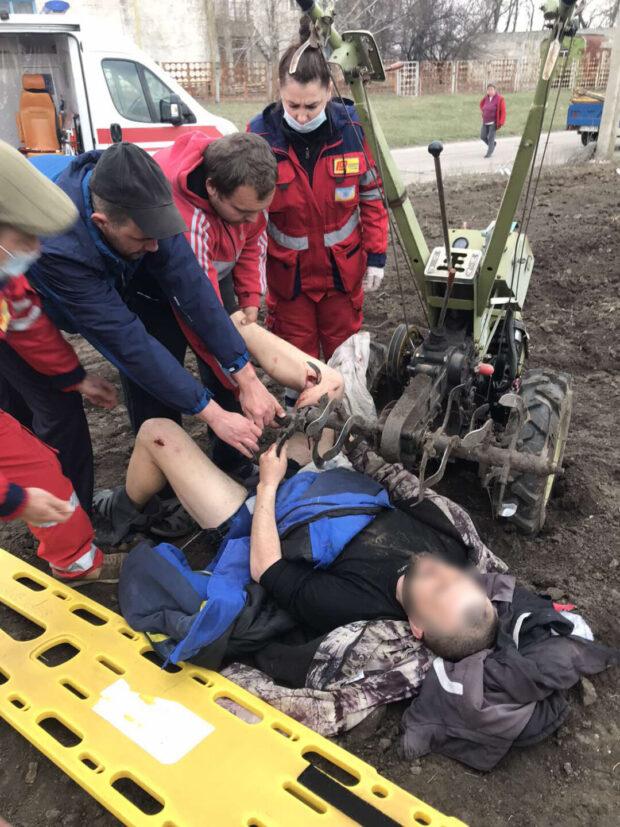 На Харьковщине мужчине пробило ногу мотоблоком