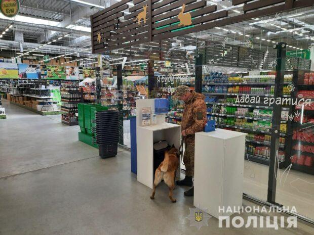 В Харькове в четырех ТРЦ и на заводе искали бомбу