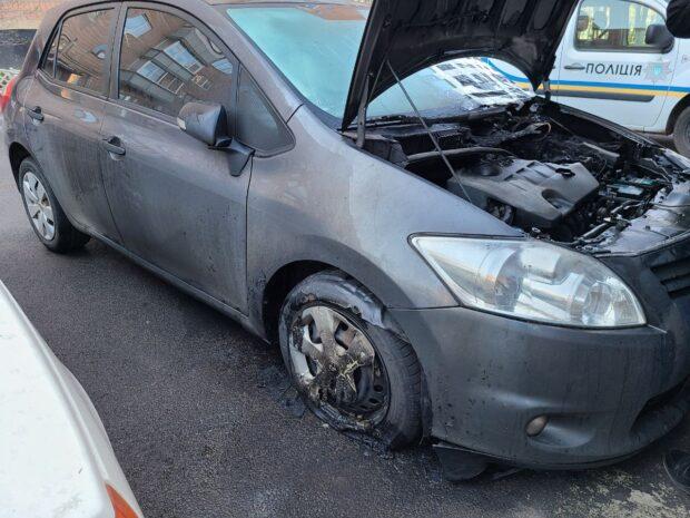 В Харькове возле жилой многоэтажки горел автомобиль