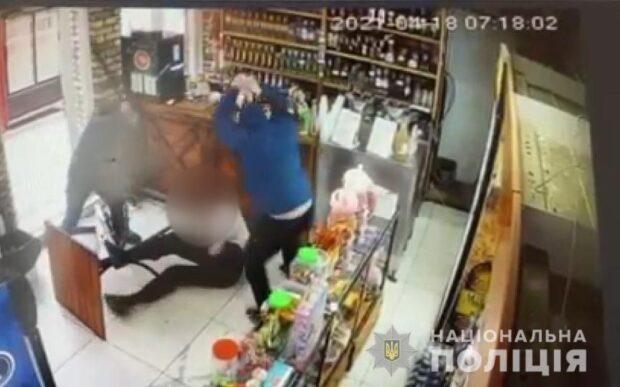 Под Харьковом двое битами избили мужчину и обстреляли из травматического пистолета (видео)