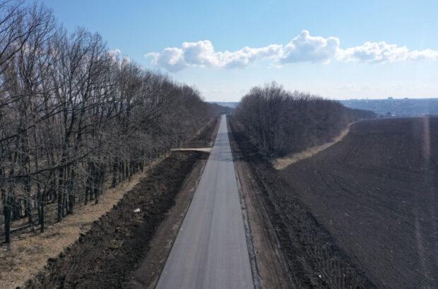 На дороге Дергачи - Пятихатки завершили укладку верхнего слоя асфальта