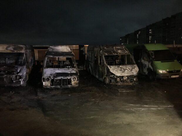 В Харькове на парковке сгорело четыре микроавтобуса