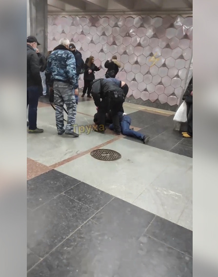 "На станции метро ""Дворец Спорта"" пьяный мужчина напал на полицейского из-за замечание об отсутствии маски"