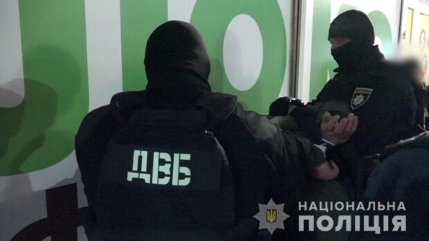 Вымогали 50 000 долларов «долга» у харьковчанки: правоохранители задержали троих мужчин