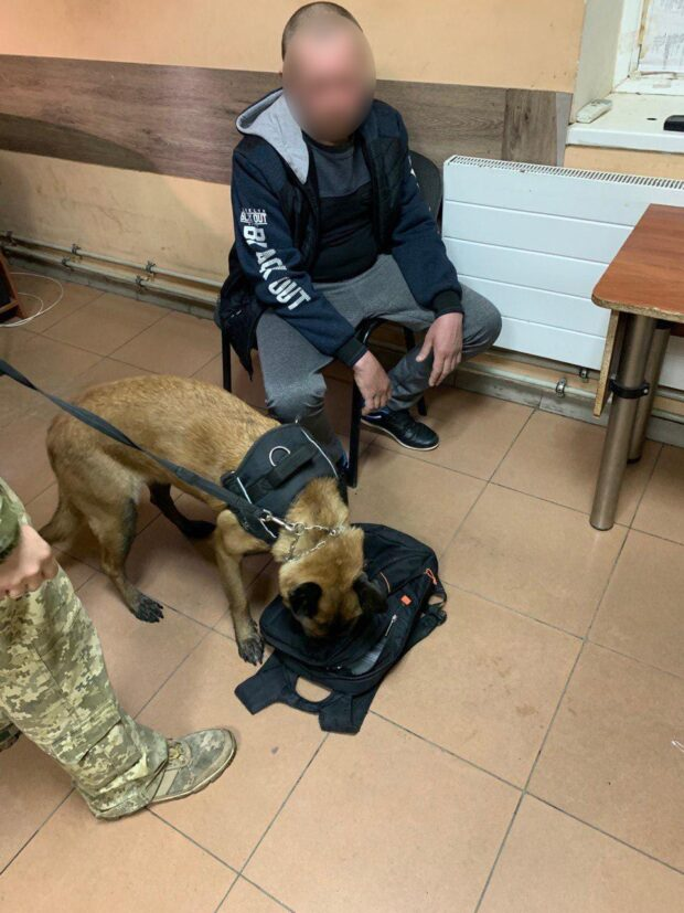 В Харьковской области пограничники задержали мужчину, который вез в рюкзаке наркотики из России