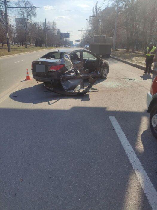 В Харькове столкнулись три автомобиля: в больницу попали два человека