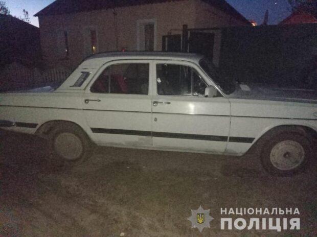 Под Харьковом мужчина разбил окна автомобиля и украл магнитолу и аккумулятор